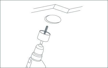 Krok 2. Wywierć zaznaczone otwory dla każdej oprawy w suficie