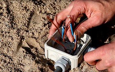 Wskazówka 1: Podłącz kabel uziemiający do oprawy